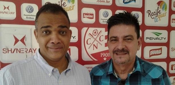 O superintendente de futebol do Náutico, Daniel Freitas, posa para foto com o diretor Armando Ribeiro