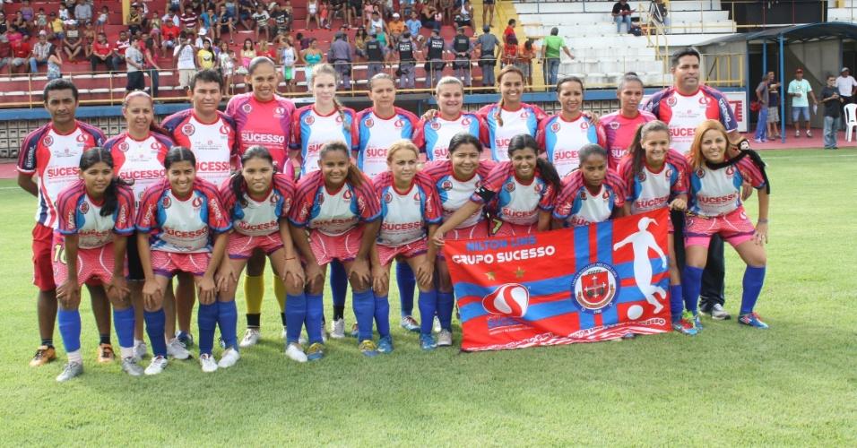 Time do Clube Grupo Sucesso posa para foto antes de partida da categoria feminina; equipe foi a campeã de 2012