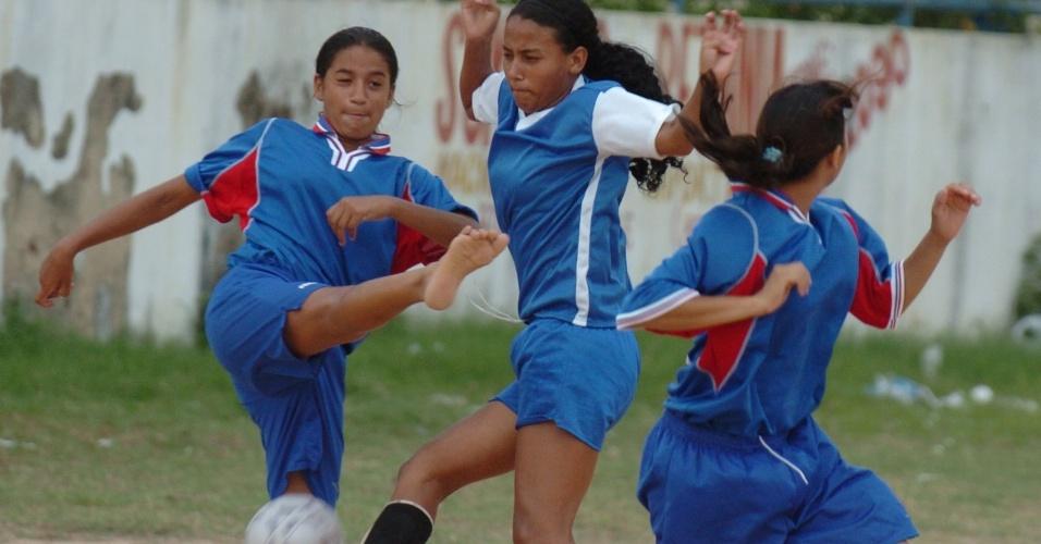 Com pés descalços, meninas disputam bola em lance de partida da categoria feminina do Peladão Verde