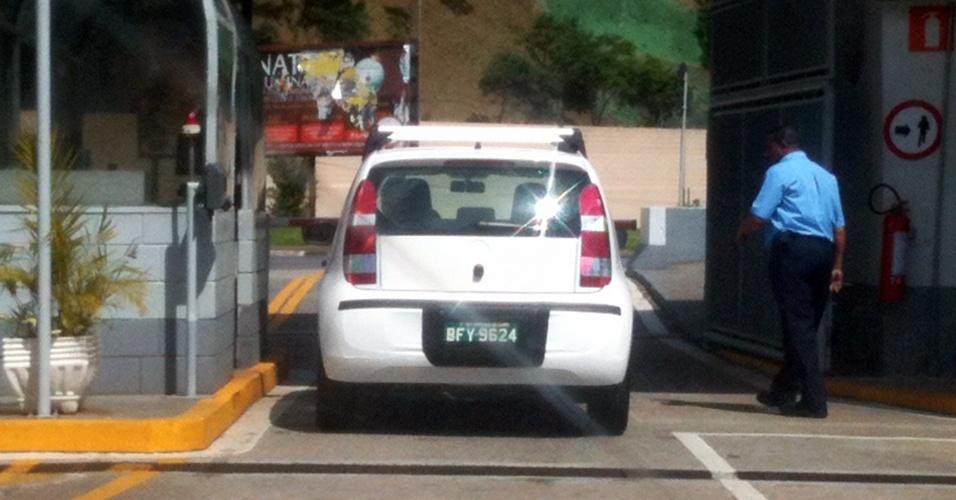 Volkswagen Up é visto novamente na entrada da fábrica da marca, em São Bernardo do Campo (SP)