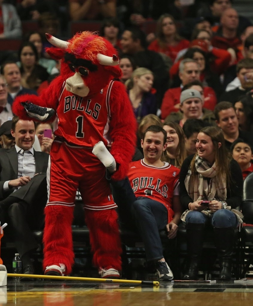 07.jan.2013 - Benny The Bull, mascote do Chicago Bulls,
