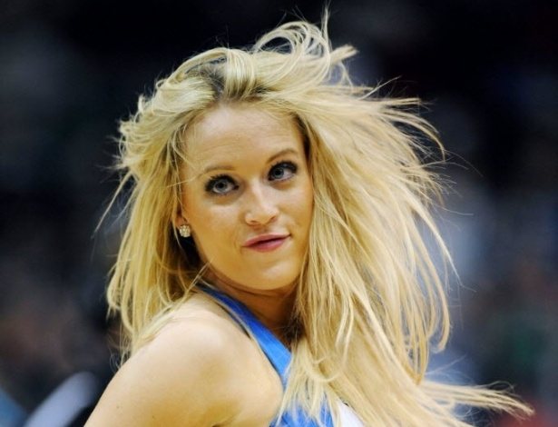 08.jan.2013 - Cheerleader do Minnesota Timberwolves se apresenta durante intervalo de jogo contra os Hawks