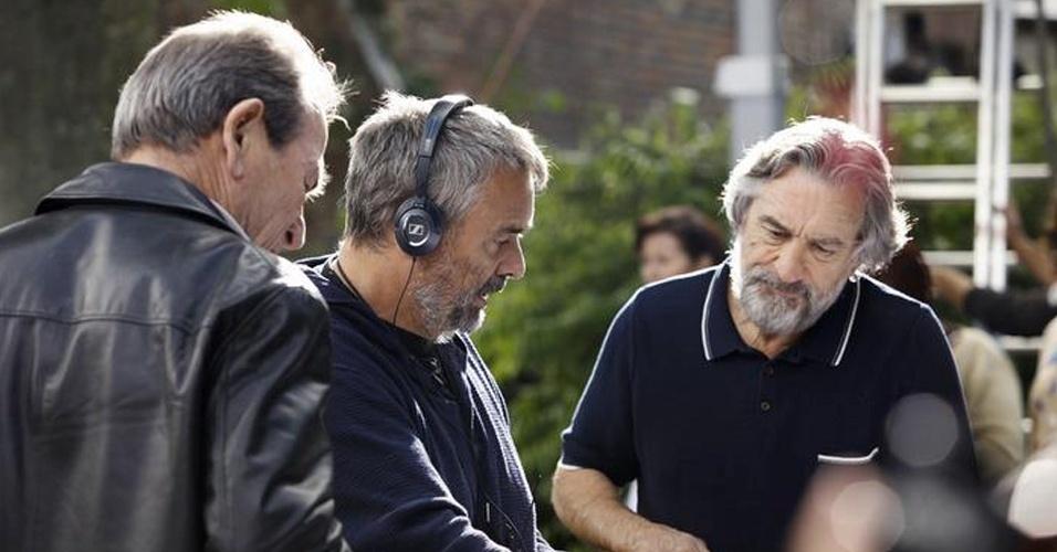 """10.jan.2013 - Diretor Luc Besson e Robert De Niro conversam em set de filmagens de """"Malavita"""", previsto para lançamento no segundo semestre de 2013"""