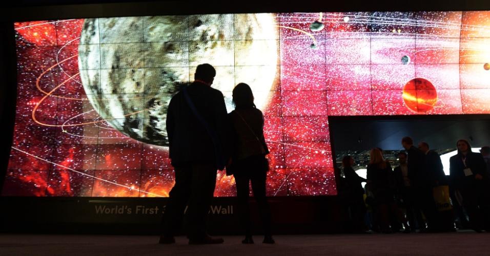 9.jan.2013  - CES 2013 tem parede de vídeo 3D