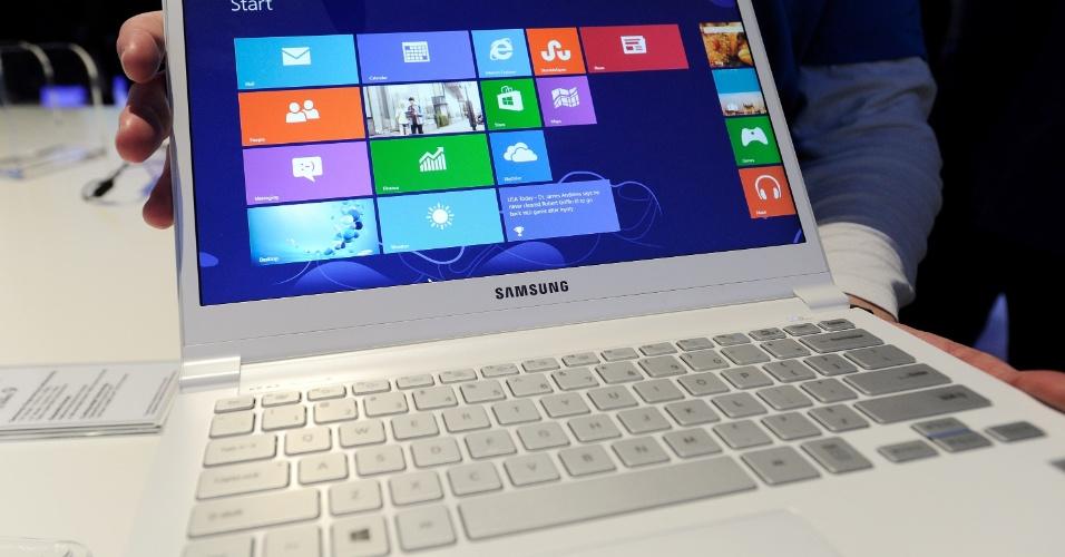 9.jan.2013 - Nova linha de laptops Series 9, da Samsung, é exibido no estande da companhia durante a CES 2013, evento de tecnologia realizado anualmente em Las Vegas (EUA). A linha de computadores deste modelo agora também será vendida com a opção pela cor branca