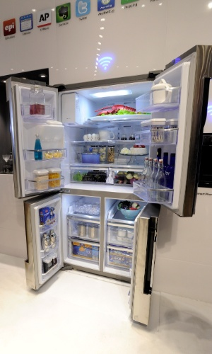 9.jan.2013 - O refrigerador de quatro portas T9000, da LG, atualiza a lista de compras e a envia para o telefone do usuário
