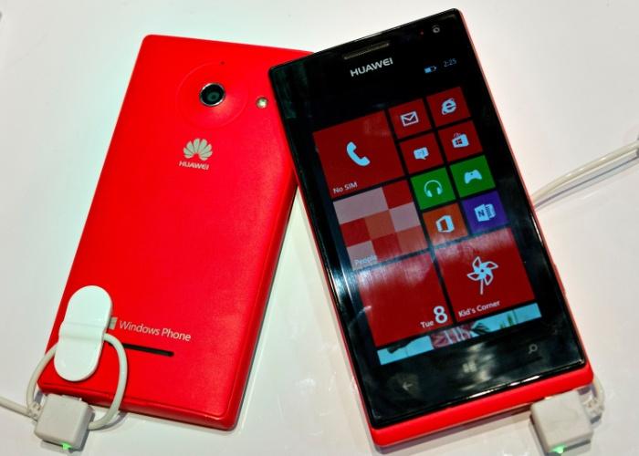 A Huawei apresentou na CES 2013 o Ascend W1, primeiro smartphone da fabricante com Windows 8. O aparelho vem com processador dual-core de 1,2 GHz, tela de 4 polegadas e câmera de 5 megapixels. Além do tradicional preto, há modelos coloridões: vermelho (foto), azul e branco. Será lançado ainda em janeiro, por preço não divulgado