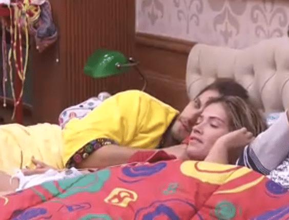 Na cama, Eliéser faz carinho em Fani