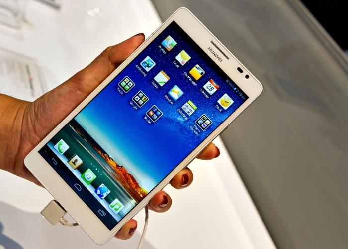 Nos anúncios da CES 2013 relacionados a telefones celulares, as atenções se voltaram para a Huawei. Isso porque a companhia chinesa apresentou o Ascend Mate, com tela de 6,1 polegadas (até então, o maior aparelho era o Galaxy Note II, da Samsung, com 5 polegadas). Também tem câmera de 8 megapixels, processador quad-core, roda Android 4.1 (Jelly Bean) e pesa 198 gramas