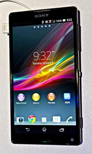 Xperia ZL, da Sony, chegará ao Brasil com o nome de Xperia Q. Aparelho tem 5 polegadas, processador quad-core Snapdragon S4, sistema Android Jelly Bean (4.1.2), câmera de 13 megapixels e traseira emborrachada. Celular funciona como controle remoto para TVs da linha Bravia e sua câmera frontal vem em posição incomum, no canto inferior direito. Ele é menor que seu ''irmão'', o Xperia Z