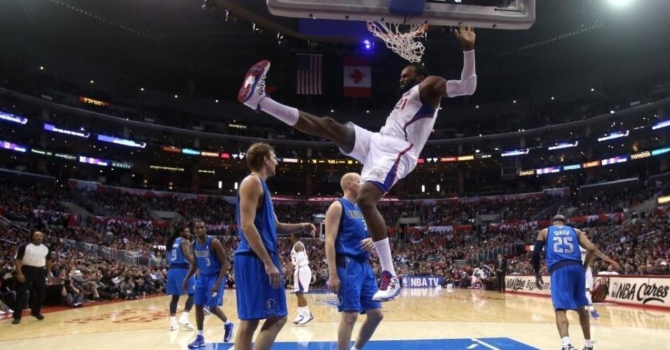 09.jan.2013 - O francês Ronny Turiaf crava a bola na vitória dos Clippers sobre os Mavericks, de Dirk Nowitzki, que lamenta ao fundo