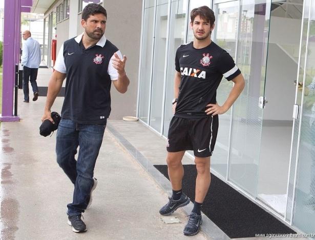 10.01.2013 - Fisioterapeuta do Corinthians, Bruno Mazzioti caminha ao lado de Alexandre Pato no CT do Corinthians, no primeiro dia do atacante no novo clube