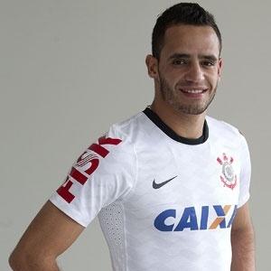 10.01.2013 - Renato Augusto, recém-contratado pelo Corinthians, posa com a nova camisa do clube, com a marca Fisk na manga