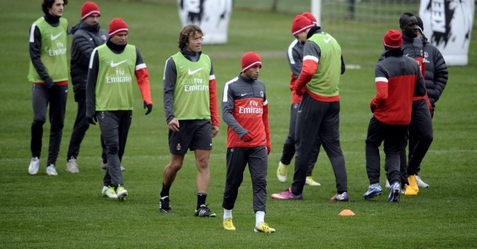 10.jan.2013 - À frente de Lugano, Lucas participa de treino físico dp PSG, pelo qual estreará em jogos oficiais na próxima sexta-feira