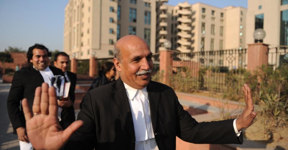10.jan.2013 - Advogado indiano V.K. Anand, que representa o réu Ram Singh, que está sendo julgado por estupro em gangue de uma estudante de 23 anos, gesticula enquanto fala à imprensa, fora do tribunal onde os cinco acusados estão sendo julgados, em Nova Déli, Índia