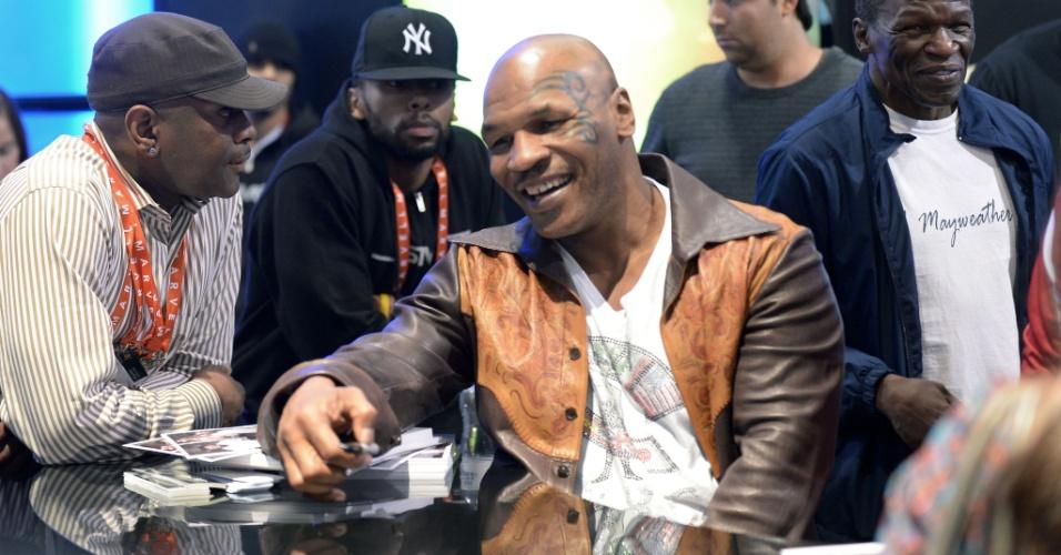10.jan.2013 - Ex-pugilista Mike Tyson deu autógrafos na quarta-feira (9) na feira em Las Vegas; ele foi convidado pela empresa SMS Audio