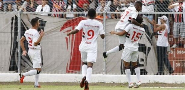 Jogadores do São Paulo comemoram gol da equipe na vitória sobre o São Carlos