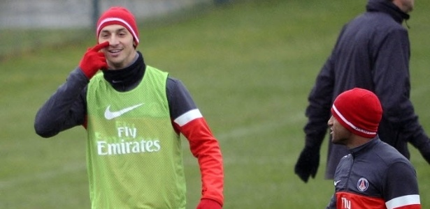 10.jan.2013 - Lucas brinca com Ibrahimovic em treino do PSG, um dia antes da estreia do brasileiro em jogos oficiais pelo clube francs