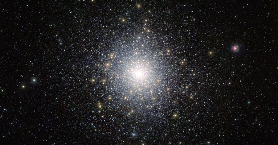 10.jan.2013- Imagem do telescópio Vista do Observatório Europeu do Sul mostra o aglomerado de estrelas globular 47 Tucanae (NGC 104), a 15.000 anos-luz da Terra. O aglomerado contém milhões de estrelas, algumas bem incomuns e exóticas. O telescópio está captando imagens da região das galáxias Nuvens de Magalhães