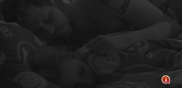 10.jan.2013 - Aslan e Marien dormem no quarto Brechó ao lado dos outros participantes