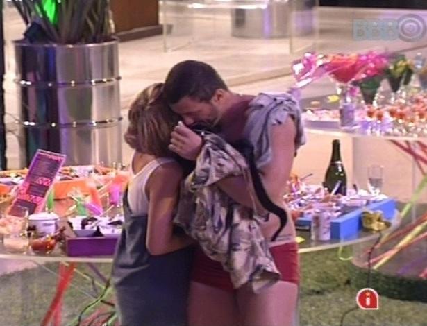 Bambam e Marien se abraçam no fim da Festa Rave