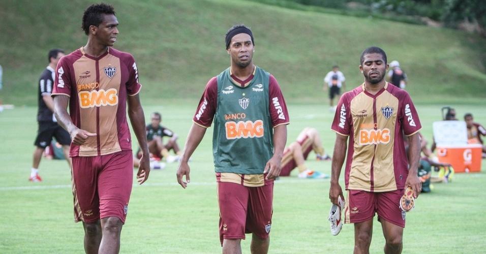 Jô, Ronaldinho Gaúcho e Júnior César na Cidade do Galo, em Vespasiano (10/1/2013)