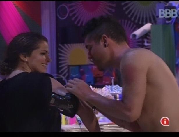Nasser ajuda Fani com o microfone durante Festa Rave