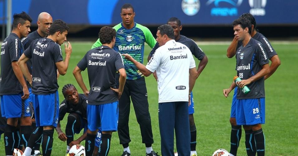 Vanderlei Luxemburgo conversa com o primeiro time do Grêmio na temporada que teve Dida e Willian José como novidades (10/01/2013)