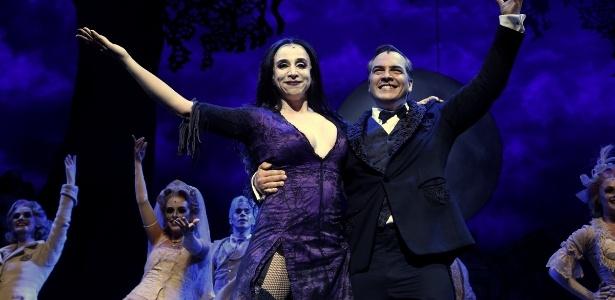 """""""A Família Addams"""", musical com Marisa Orth e Daniel Boaventura interpretando o casal Gomez e Morticia"""