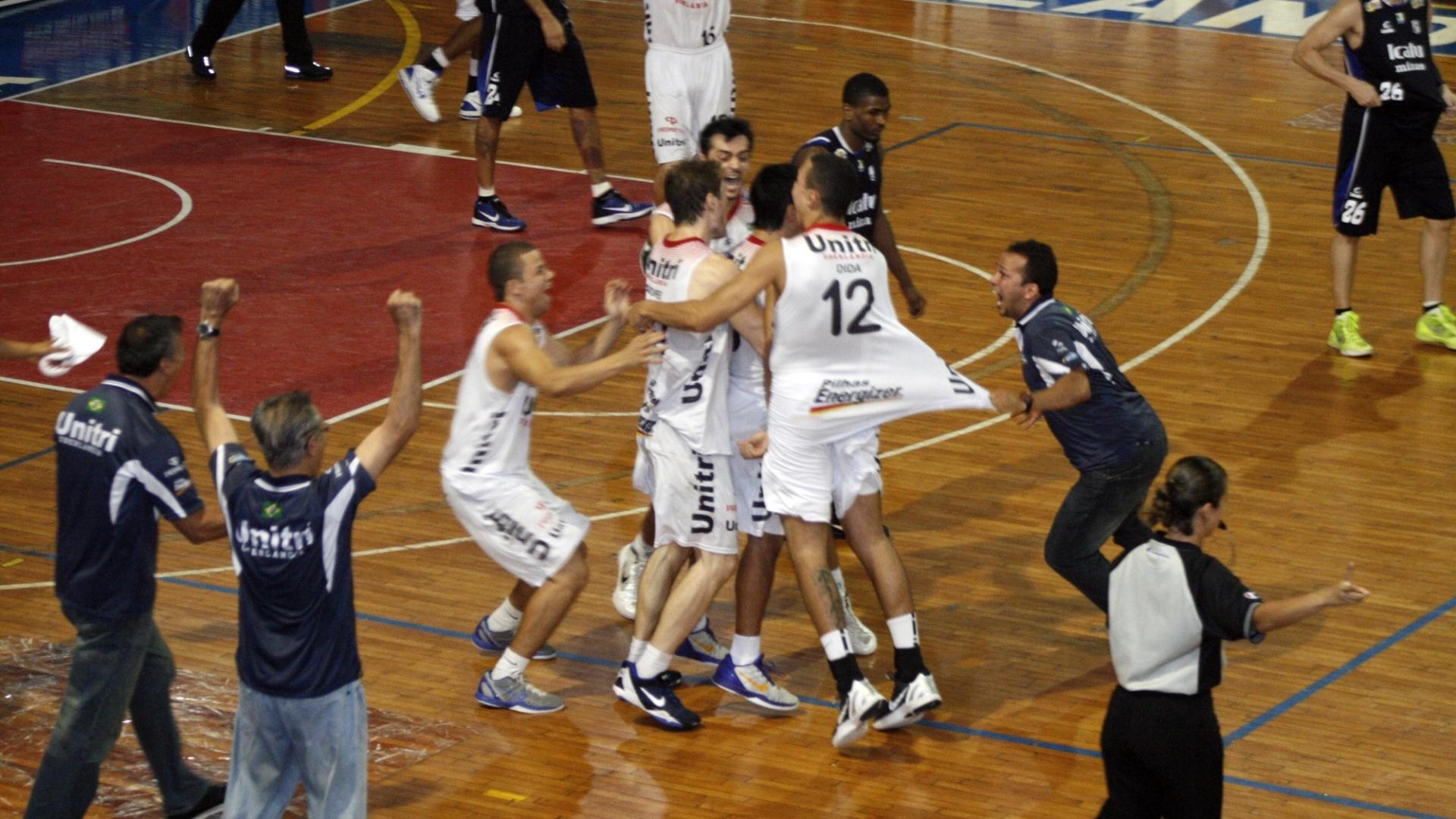 10.jan.2013 - Jogadores do Uberlândia comemoram a cesta de Helinho, que deu a vitória ao time contra o Minas Tênis Clube