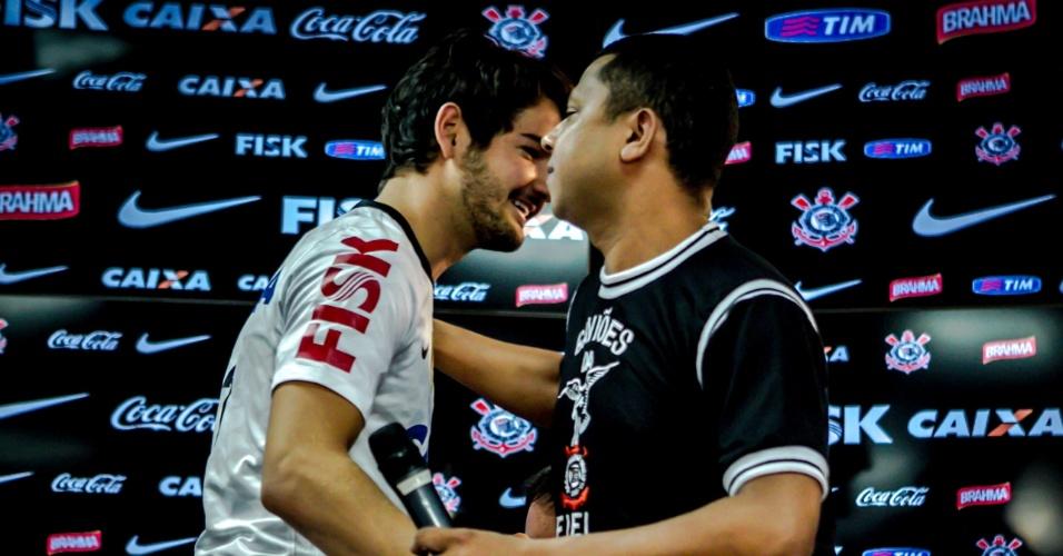 11.jan.2013 - Atacante Alexandre Pato foi recebido por um membro da torcida organizada do Corinthians durante sua apresentação oficial