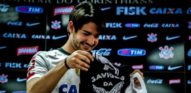 Pato recebe camisa de uma torcida organizada do Corinthians durante sua apresentação