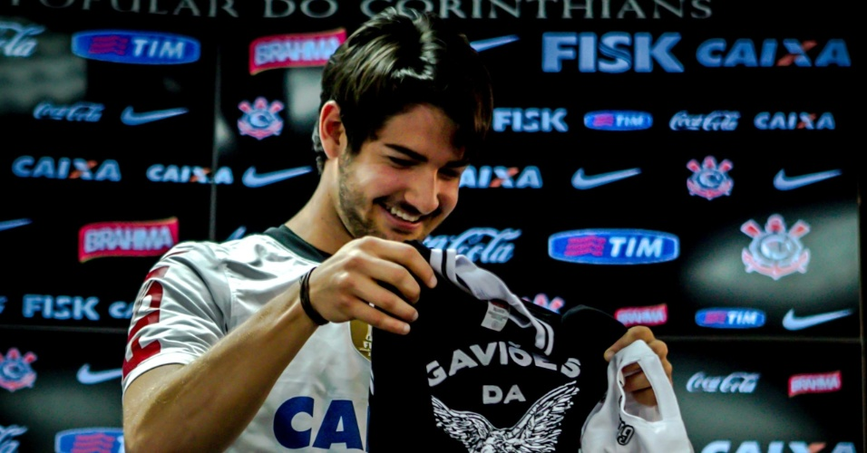 11.jan.2013 - Atacante Alexandre Pato recebe camisa de uma torcida organizada do Corinthians durante sua apresentação oficial