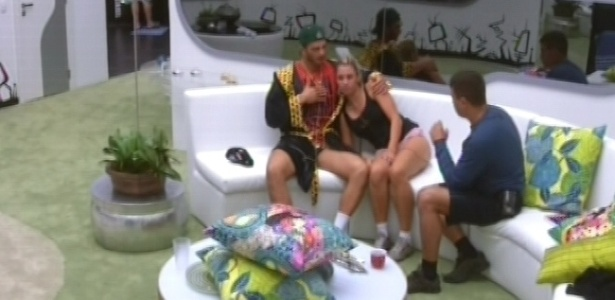 11.jan.2013 - Bambam abraça Marien no sofá enquanto eles conversam com Dhomini