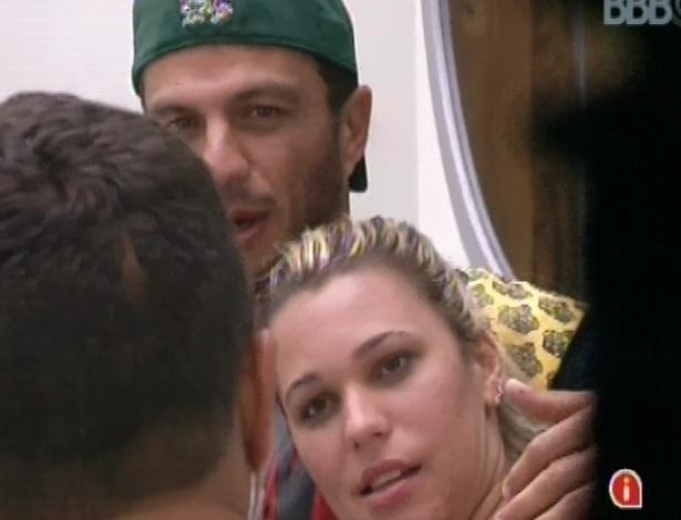 11.jan.2013 - Bambam abraça Marien no sofá enquanto eles conversam com Dhomini. O brother já disse que está interessado na moça e a mãe da dançarina afirma que aprovaria o realacionamento