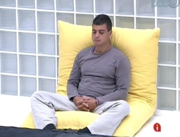 11.jan.2013 - Dhomini foi o primeiro participante a acordar na casa do BBB nesta sexta. Ele gosta de meditar pela manhã.
