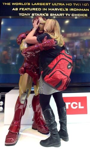11.jan.2013 - Existe amor em Las Vegas: visitante finge beijar personagem do Homem de Ferro