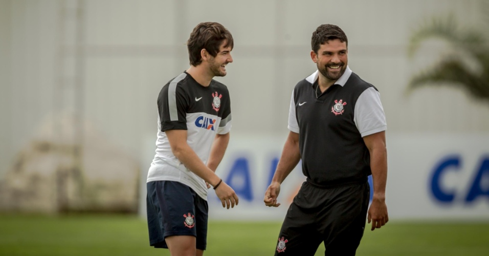 11.jan.2013 - Pato aparece no gramado do CT Joaquim Grava e brinca com o fisioterapeuta Bruno Mazziotti
