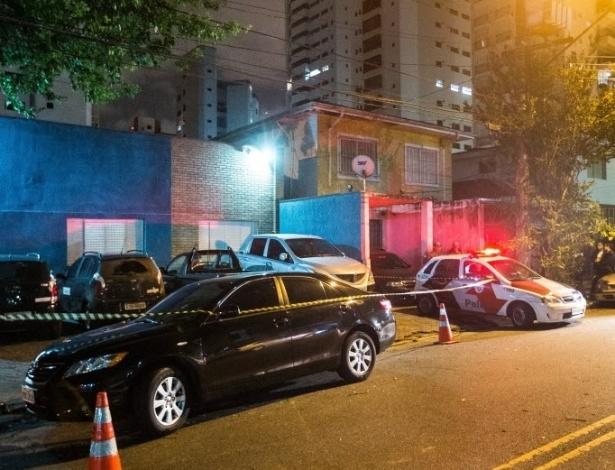 11.jan.2013 - Policial militar foi morto a tiros ao reagir a uma tentativa de roubo na alameda Guaramomis, em Moema, na zona sul de São Paulo. Segundo a PM, ele foi atingido no tórax e levado ao pronto-socorro do Hospital São Paulo, mas não resistiu aos ferimentos