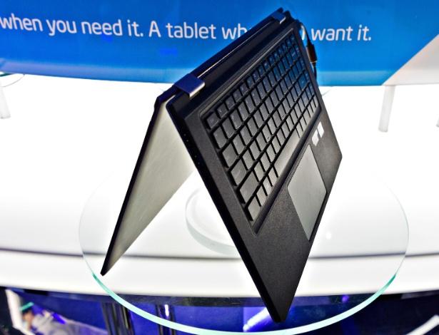 """11.jan.2013 - Ultrabooks """"conversíveis"""", que podem se tornar tablets com a rotação da tela, são destaque no estande da Intel na CES 2013. Ao contrário de outros notebooks conversíveis, o IdeaPad, da Lenovo, fica com o teclado na parte inferior quando fechado para  ser usado como tablet. Isso acaba atrapalhando na hora de segurarmos o portátil"""