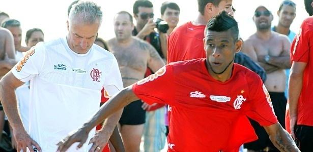 7.dez.13 Léo Moura (d) se exercita durante treino do Flamengo na praia da Barra da Tijuca, no Rio de Janeiro