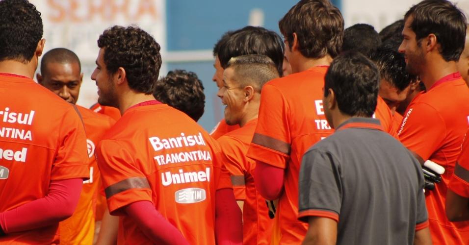 D'Alessandro reuniu elenco do Internacional antes do treino desta sexta, em Gramado (11/01/13)