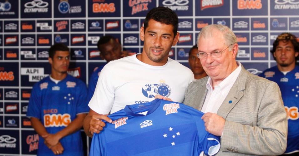 Diego Souza e o presidente do Cruzeiro, Gilvan Tavares, durante apresentação de reforços (11/1/2013)