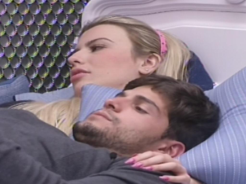 Fernanda e André conversam sobre votação no quarto Brechó