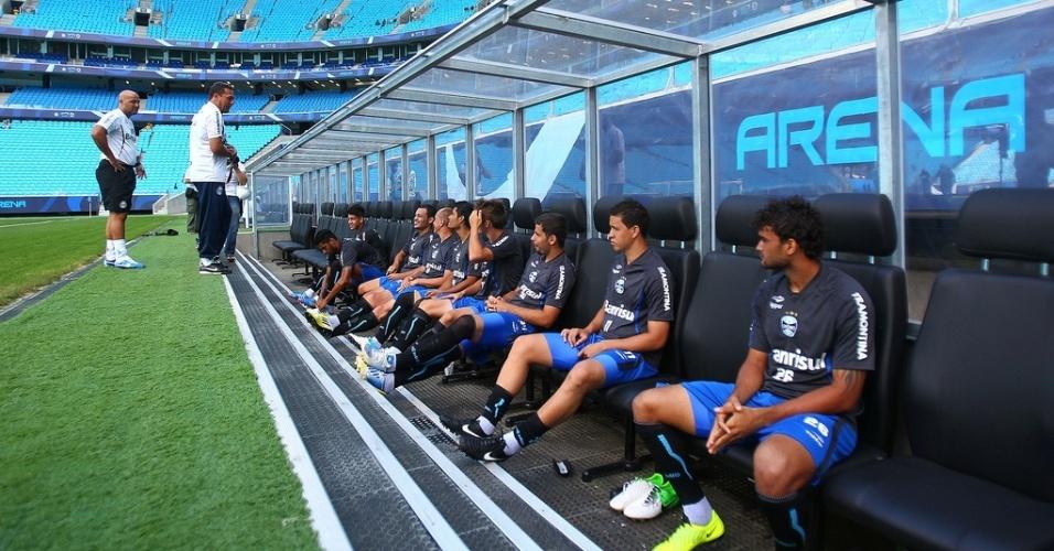 Jogadores no banco de reservas conversam com o técnico Vanderlei Luxemburgo antes do jogo-treino contra o Canoas na Arena do Grêmio (10/01/2013)