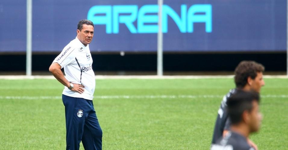 Técnico Vanderlei Luxemburgo acompanha o treino do Grêmio no gramado principal da nova Arena (10/01/2013)