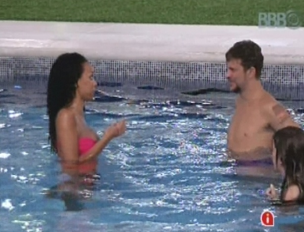 11.jan.2013 - Aline e Aslan curtem a piscina durante a madrugada, depois da sister ter discutido com Bambam