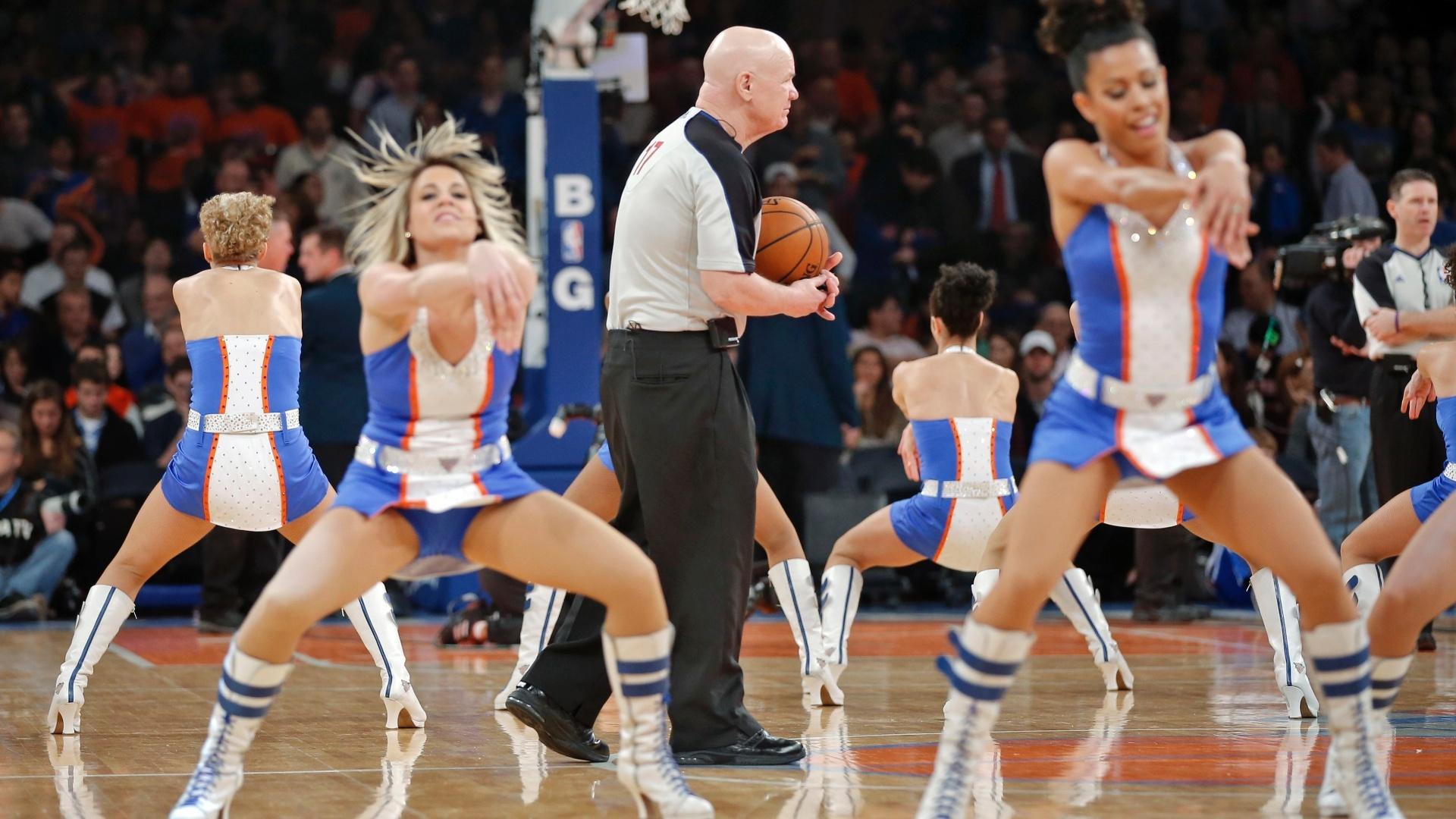 11.jan.2013 - Árbitro Joe Crawford cruza apresentação de cheerleaders do New York Knicks em partida contra o Chicago Bulls no Madison Square Garden