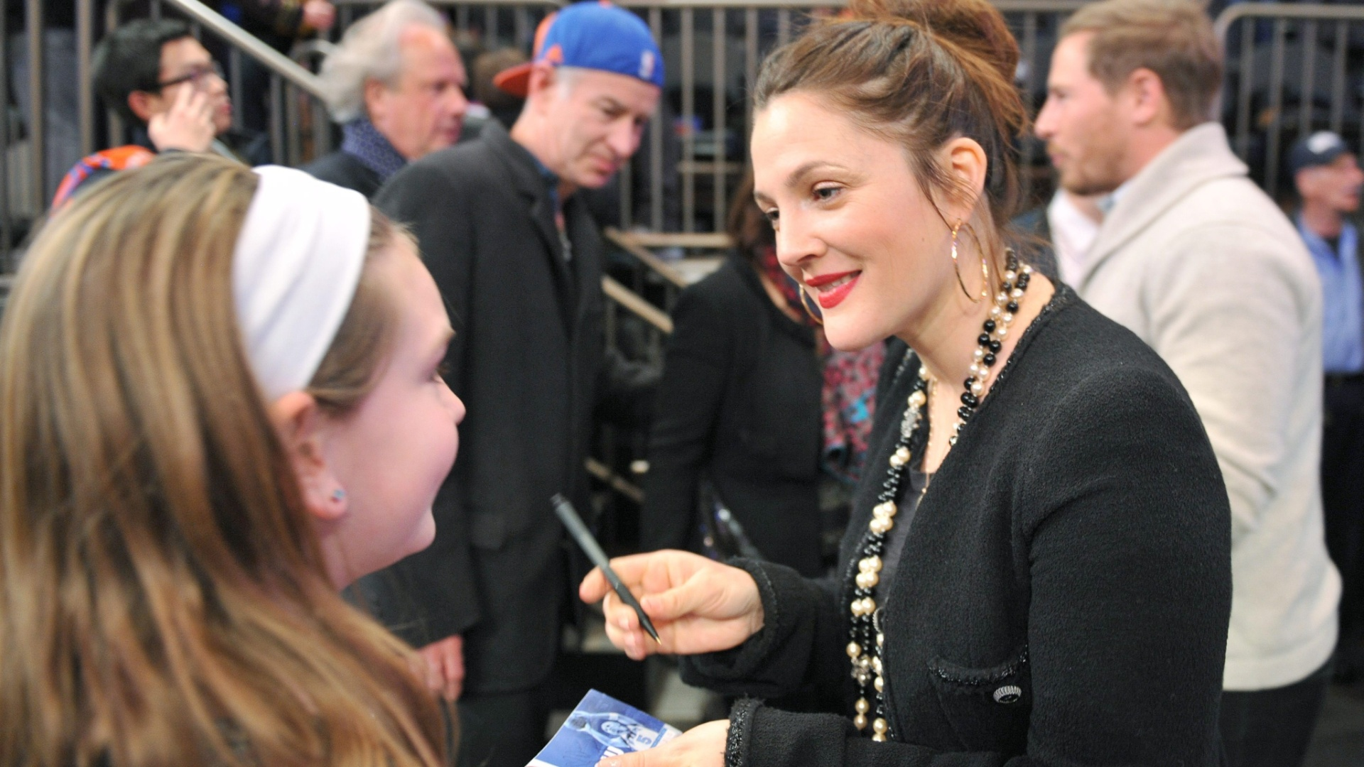 11.jan.2013 - Atriz Drew Barrymore distribui autógrafos no Madison Square Garden durante o jogo entre New York Knicks e Chicago Bulls