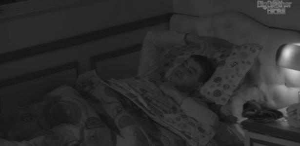 Com frequência, Dhomini prefere a cama à diversão na casa